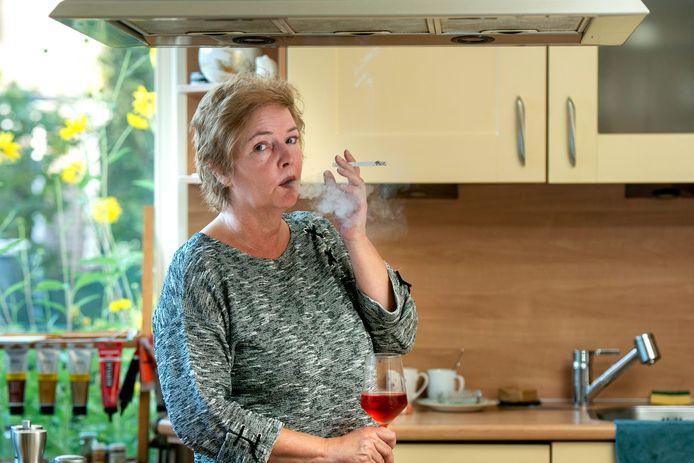 Sylvia Riksen rookt een sigaret, thuis onder de afzuigkap. Morgen stopt ze met roken, zo is de bedoeling.