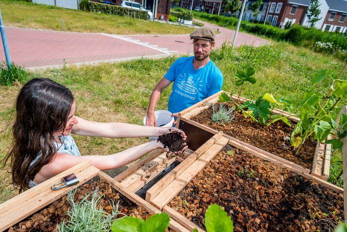Michèle de Reus van Duurzaam Lansingerland en Rowin Snijder van Le Compostier nemen het wormenhotel in Berkel in gebruik.