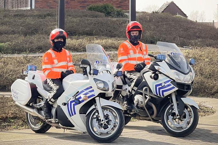 De politieagenten op de motor dragen niet langer donkerblauwe pakken, maar fluorescerende kledij.