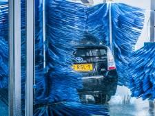 In een rood-wit-blauw 'autotreintje' kun je in De Meern gratis de wasstraat door als Oranje voetbalt