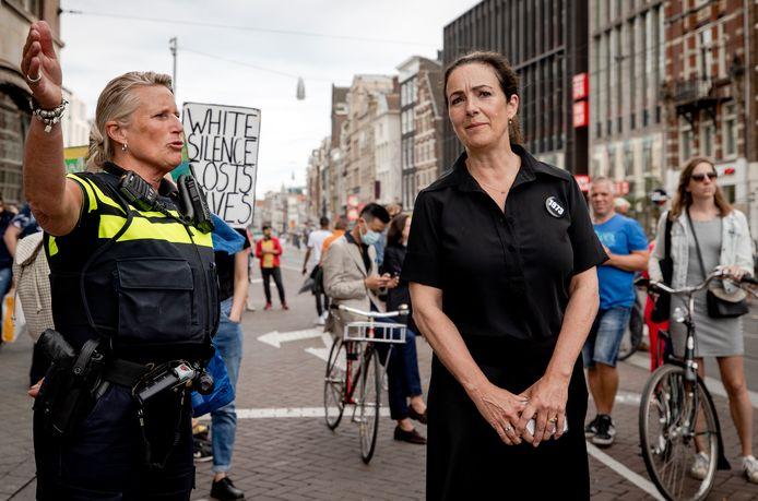 Burgemeester Femke Halsema in gesprek met een politieagente tijdens het protest op de Dam.
