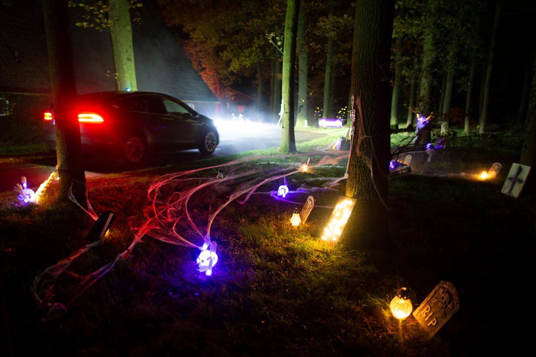 Bij de Woeste Wieven in het Twentse Diepenheim verwelkomen zombies en spoken dit weekeinde gezinnen en vrienden, in hun eigen auto