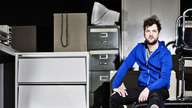 Simon De Vos in het decor van Le grand cirque: 'We noemen niemand bij naam.' Beeld Jonas Lampens