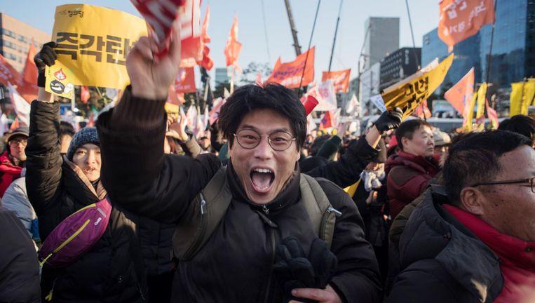 Demonstranten verzamelen zich om de uitspraak van de Kamervoorzitter af te wachten. Beeld afp