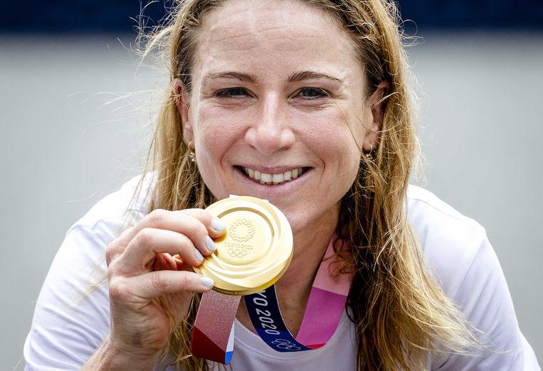 Annemiek van Vleuten met haar gouden medaille na afloop van de individuele tijdrit. Beeld ANP