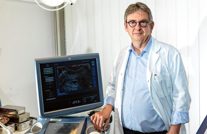 Guy Verhulst, voorzitter van de Vlaamse Gynaecologenvereniging, schreef 'Een kind, waarom lukt het niet bij ons?'