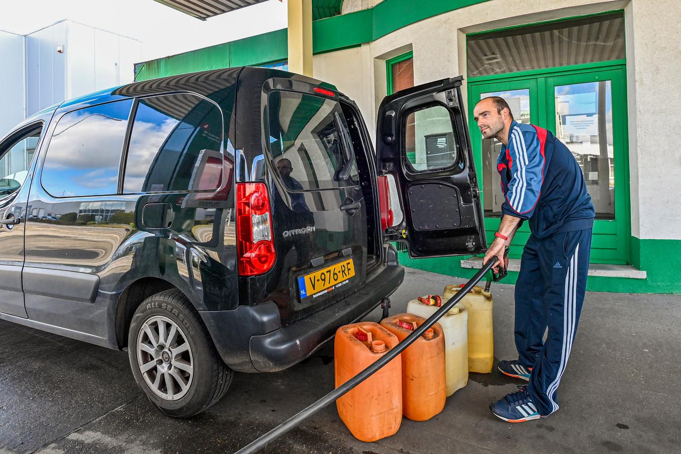 Door de stijgende benzineprijzen neemt het tanktoerisme in België toe, want het prijsverschil tussen Nederlandse en Belgische brandstof wordt alsmaar groter.