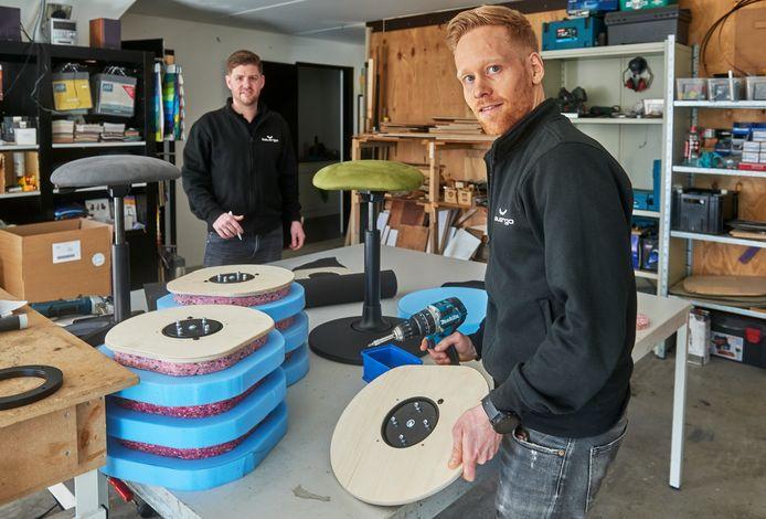 Paul Akkermans (voorgrond) en Tom Franken van het bedrijf Balegro te Herpen produceren stoelen waarop je niet stil kunt zitten.
