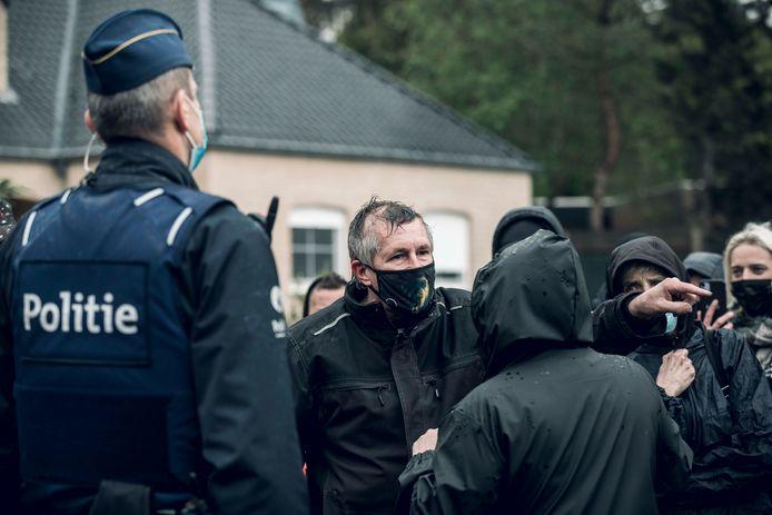 Eén man maakt zich boos nadat een voorbijganger hem de kogel wenst.