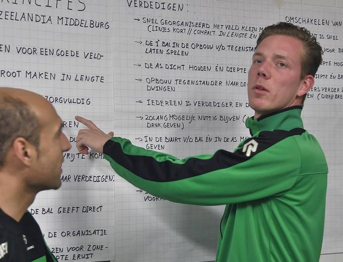 De 29-jarige Middelburger legt de spelers van Zeelandia Middelburg uit wat hij komende zondag bij zijn debuut tegen Madese Boys van hen verlangt.