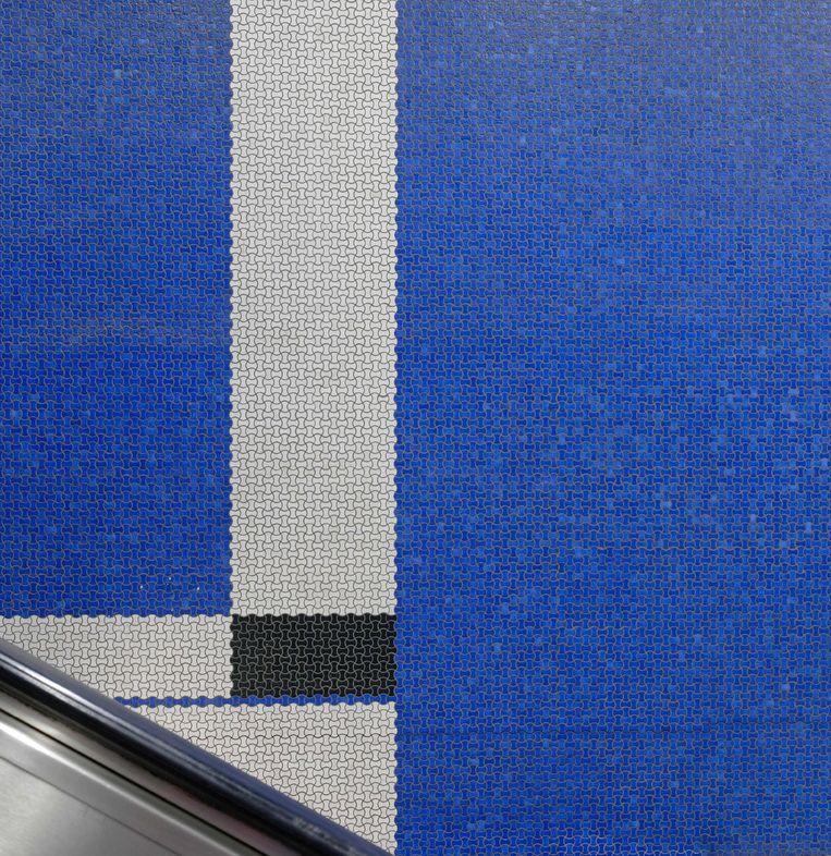 Dominant blauw in metrostation Merode. Mikaël Van Eeckhoudt: 'De meeste mensen zien dit niet.' Beeld Mikaël Falke