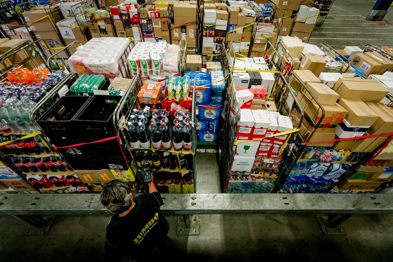 Een medewerker in het distributiecentrum van supermarkt Jumbo.