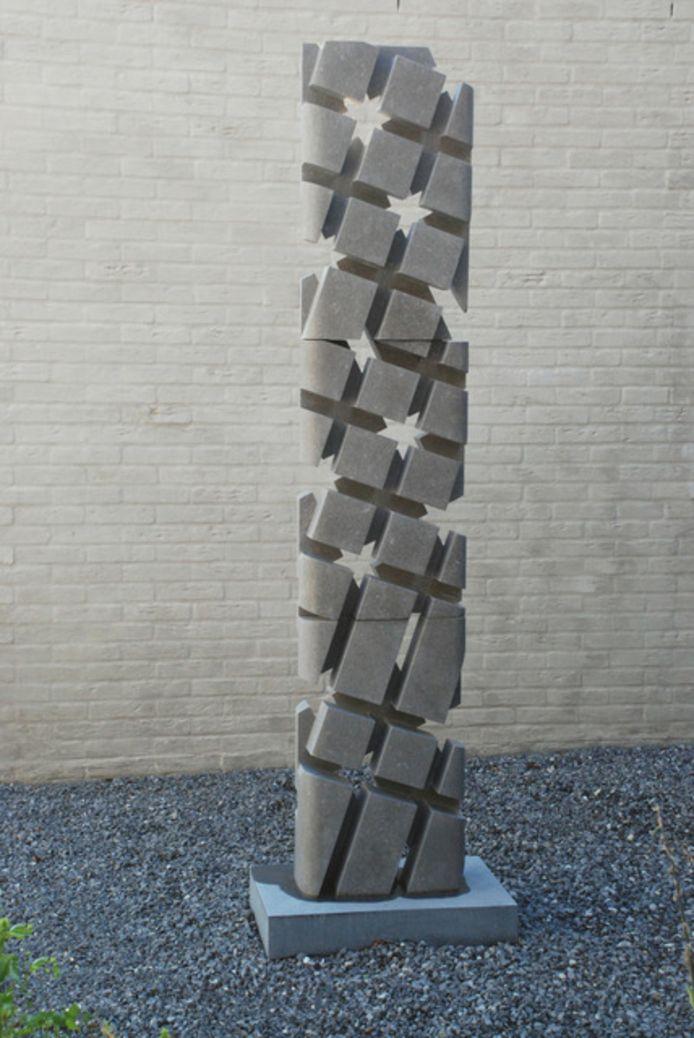 Het beeld Endlessness IV van de Rijense beeldhouwer Adriaan Seelen wordt in juli op de wisselsokkel bij het gemeentehuis in Rijen geplaatst.