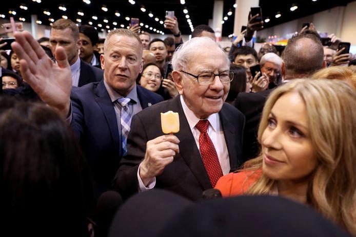 Directeur Warren Buffet (geschat vermogen 110 miljard dollar) van Berkshire Hathaway eet een ijsje tijdens de aandeelhoudersvergadering in 2019. Archieffoto Reuters