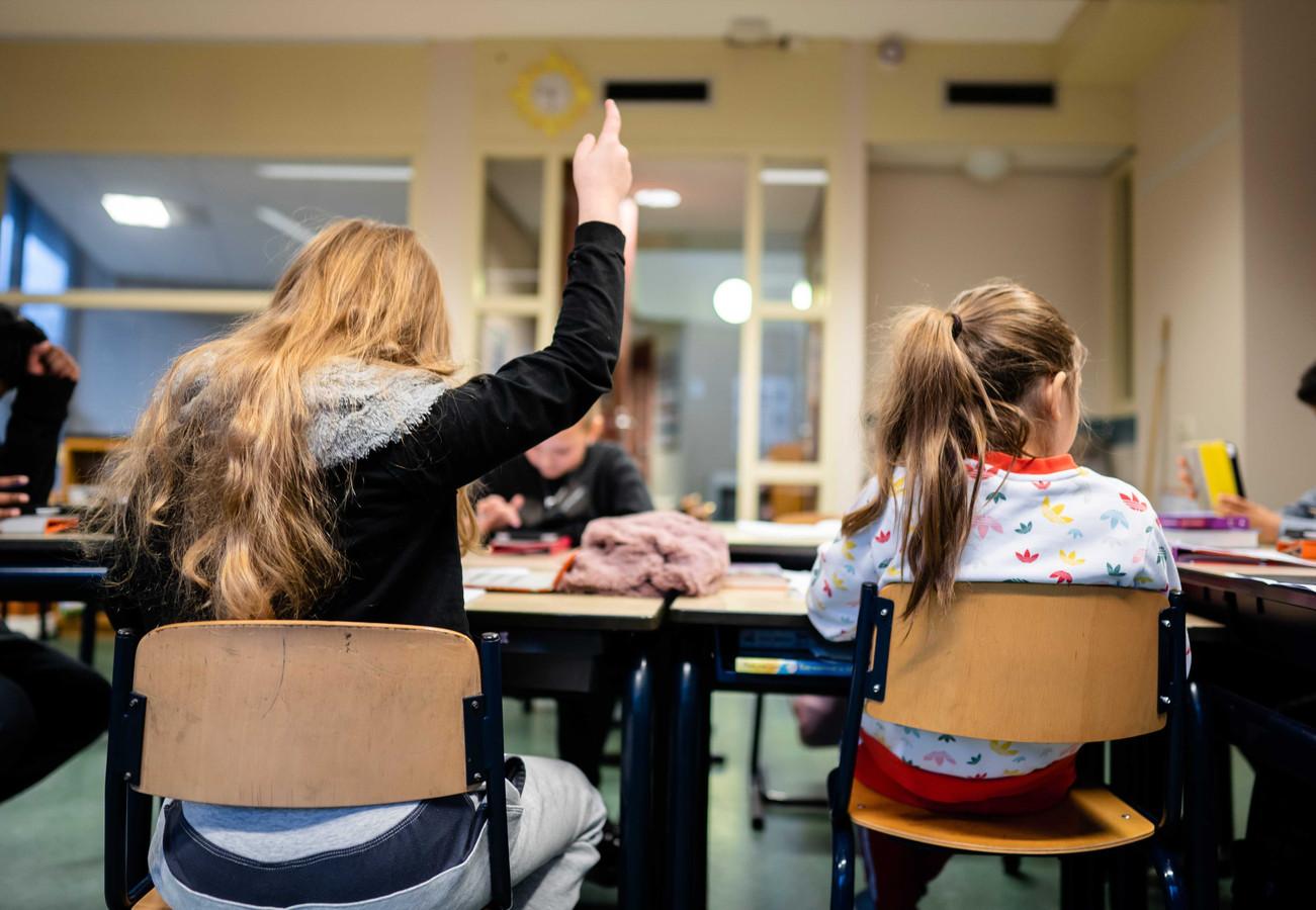 Een aantal leerlingen is ondanks de lockdown toch op de basisschool aan het werk.
