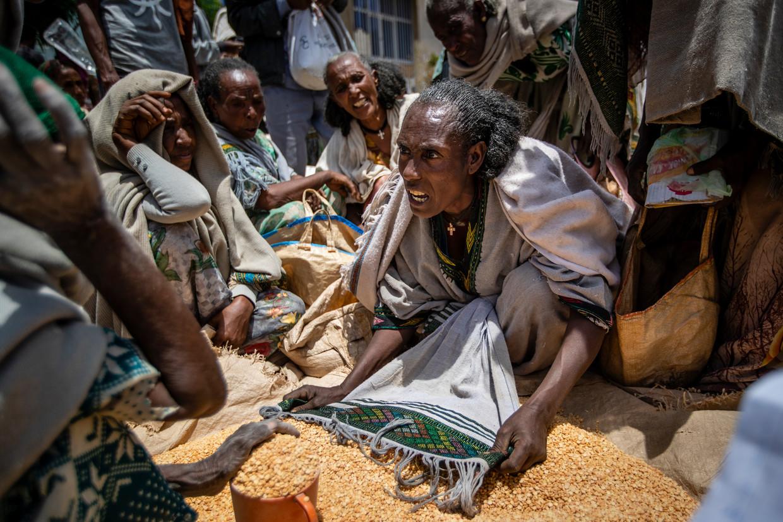 Ethiopische vrouwen maken ruzie bij de bedeling van een lading gele erwten in de Tigray-regio. Beeld AP