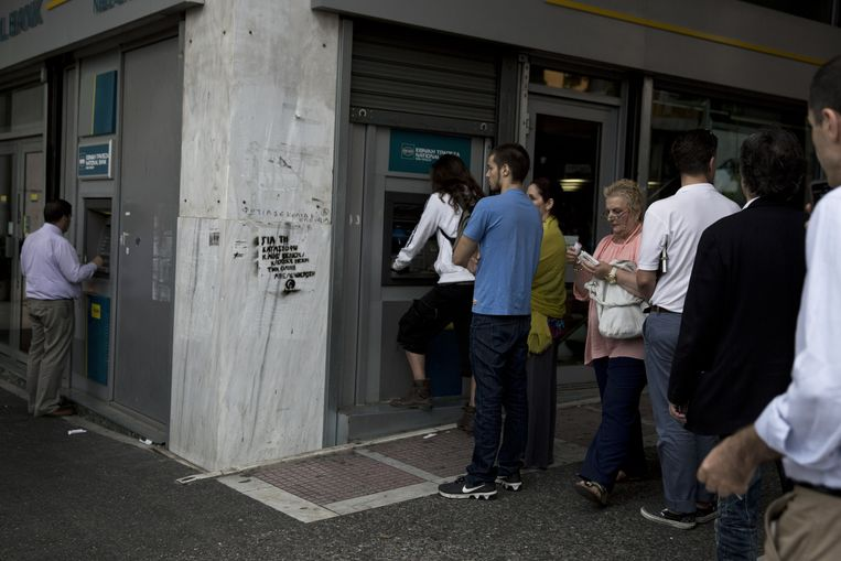 Het hele weekend stonden er lange rijen aan de Griekse bankautomaten. Beeld AP