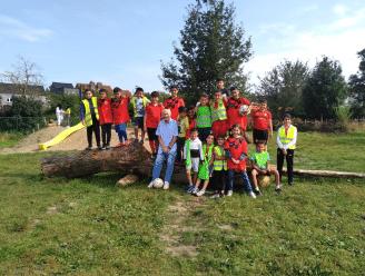 Aimé Anthuenis geeft tijdens 'Lokerse week' voetballes aan Basisschool De Tovertuin