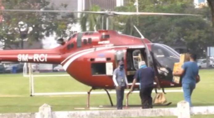De porties nasi ganja werden per helikopter bezorgd.