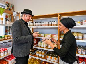 """Sociale Kruidenier 2.0 opent in Deurne: """"Mensen onder de armoedegrens moeten ook een kans krijgen om te pronken"""""""