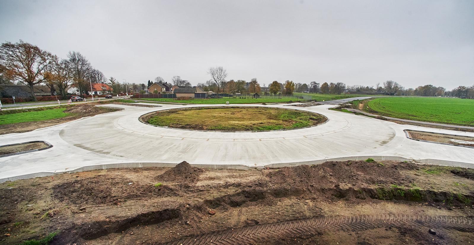 Een van de nieuwe rotondes in de nieuwe randweg Boekel in aanleg
