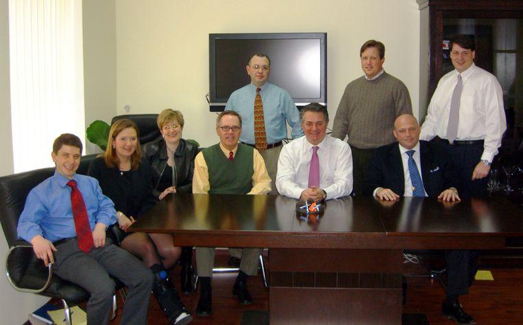 Konstantin Kilimnik op een foto uit 2006. De man in het midden is Paul Manafort, later de campagneleider van Trump. Beeld AP