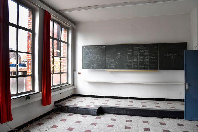 Een oud klaslokaal. Hier en daar staan nog wat boodschappen op de schoolborden.
