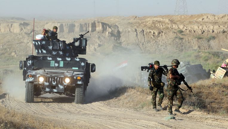 Pro-regeringstroepen trekken naar Fallujah voor een offensief tegen IS. Beeld afp