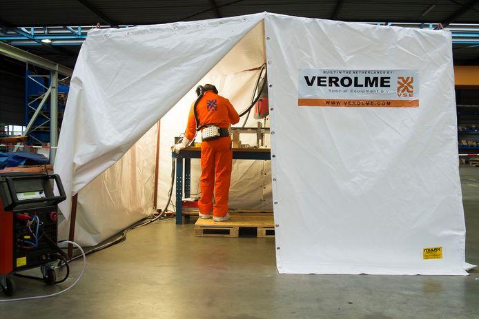 Een  werknemer van Verolme Moerdijk last zirkoon in een stofvrije tent
