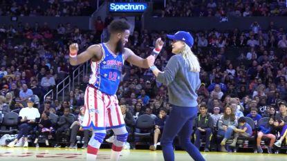Reese Witherspoon doet een dansje met een basketbalteam