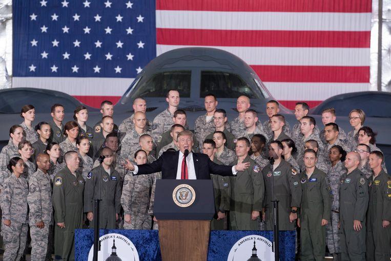 Trump geeft een speech voor militair personeel. Zijn Democratische tegenstander Biden maakt flink gebruik van de ophef rond wat hij zou hebben gezegd. Beeld EPA