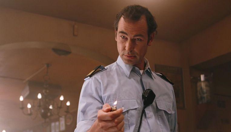 Erik Vogel als politieagent in de coffeeshop. Beeld RV