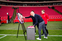 Erik ten Hag legt een Ajax-shirt bij een foto van de overleden meesterscout Tonny Bruins Slot.