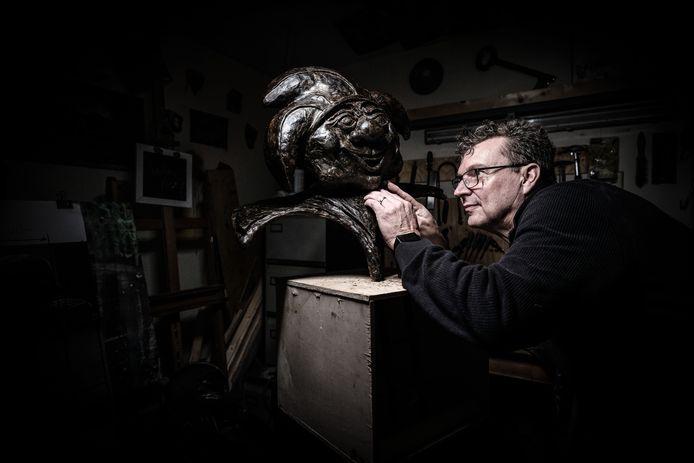 Edwin van Onna  werkt aan de tweede versie van het Drammertje nadat de eerste van brons (3 euro per kilo en 15 kilo zwaar) van de sokkel was gestolen .