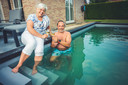 """Christiaan Kiekens (49) en zijn vrouw Lieve Gaublomme (48) uit Erpe-Mere: """"Zeker met het huidige zomerweer gaat er geen dag voorbij zonder dat ik in mijn zwemcontainer spring"""","""