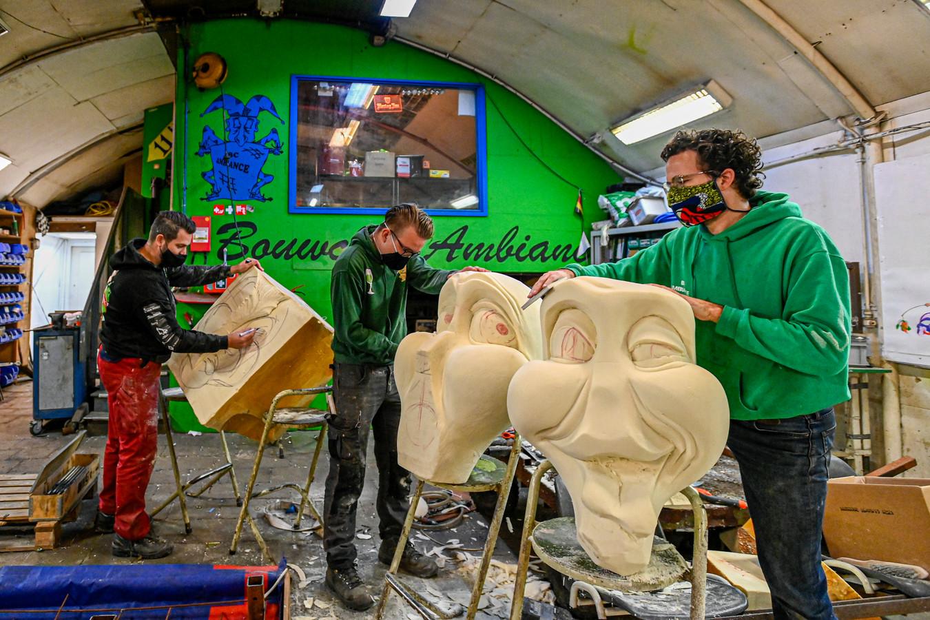 Bij BC Ambiance wordt de komende maanden gewerkt aan een extra spectaculaire wagen voor de optocht van 2022.  (vnlr bouwers Steven de Jong, Marijn Vermunt en Sander de Kroon)