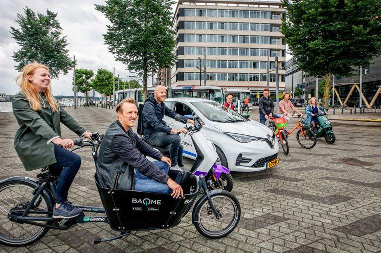 De deelnemers aan de universele reis-app bijeen op het Willemsplein, waar tram 7 en de watertaxi elkaar ontmoeten.  Beeld Raymond Rutting / de Volkskrant