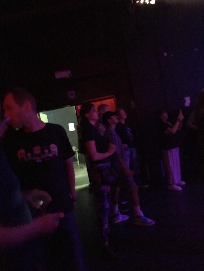 Axl Rose (centraal langs achteren) kijkt hier samen met bassist Duff McKagan geboeid toe.