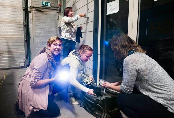 Sabine de Jong (op de rug gezien) en Jolanda Verbunt (met zaklamp), Suzanne van Dijk en Mariska Saaltink (achter) breken in bij het tankstation.