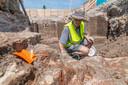 Archeoloog Maarten Wispelwey graaft oude muren van de stad Harderwijk bloot en vindt schietgaten, munten, metalen deurscharnieren en andere restanten uit de Middeleeuwen.