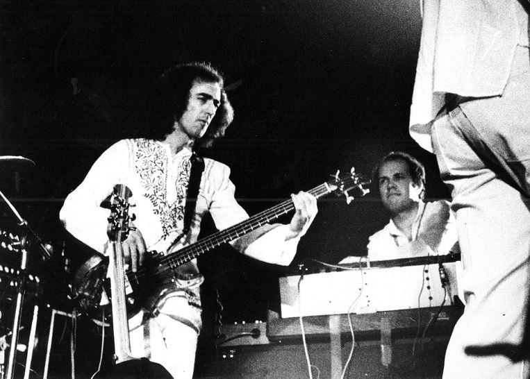 Rick Laird op het podium met Mahavishnu Orchestra in Het Concertgebouw, in 1973. Beeld Getty Images