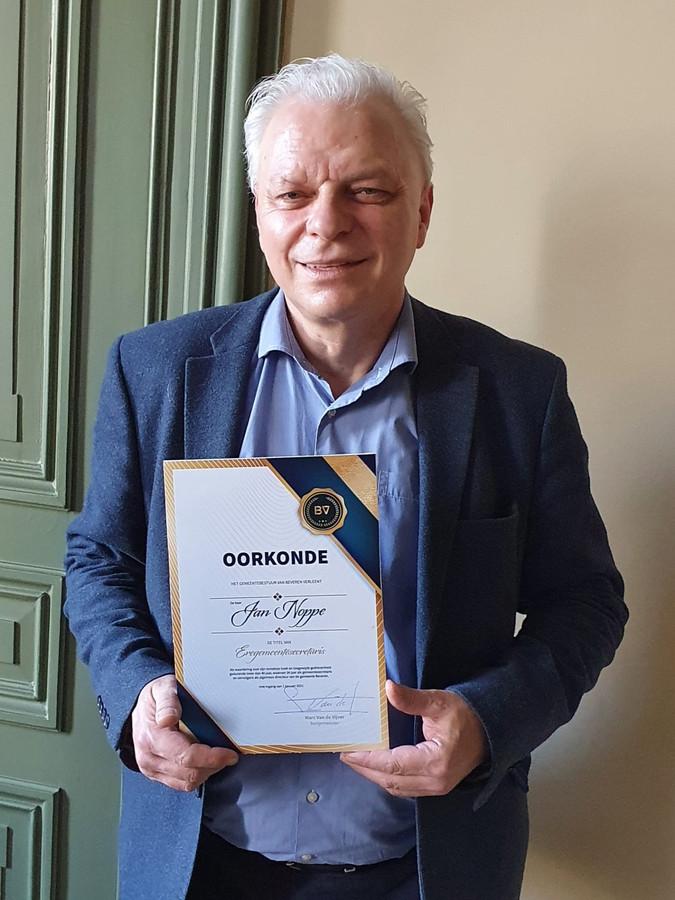 Jan Noppe met de oorkonde van 'Eregemeentesecretaris'.