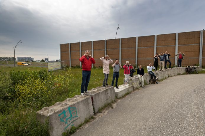 Bewoners van Blixembosch bij het nieuwe geluidsscherm aan de A50. Vooraan Richard Vereijssen van de wijkvereniging