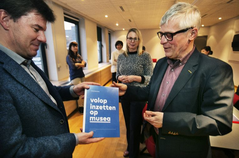 Archiefbeeld: Patrick Allegaert van Overleg Cultureel Erfgoed overhandigt zijn visienota aan cultuurminister Sven Gatz (Open Vld). Beeld Tim Dirven