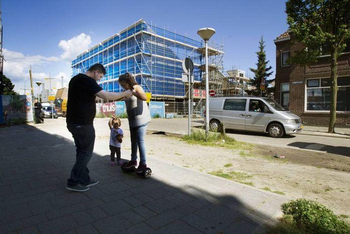 Rond het Vredesplein wordt gewerkt aan wijkvernieuwing. Woningen zijn klaar of in aanbouw, anderen worden later gesloopt, zoals hier op de hoek Trompstraat/Piet Heinlaan. Foto Kees Martens/fotomeulenhof