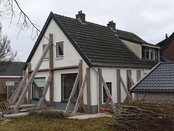 Het huis van het gezin Schutte in Daarlerveen is volledig gestut. Ze zijn vertrokken, nadat de gasleiding het begaf door verzakkingen. Toen ze het in 2010 kochten, zat er een positieve bouwtechnische keuring bij.