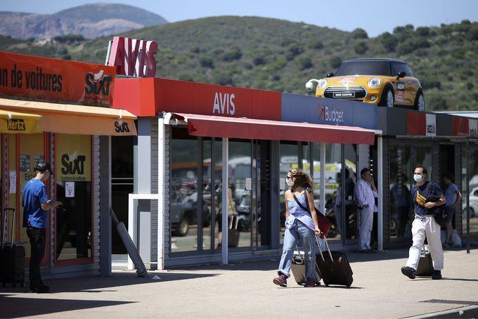 Toeristen bij autoverhuurkantoortjes op Corsica.