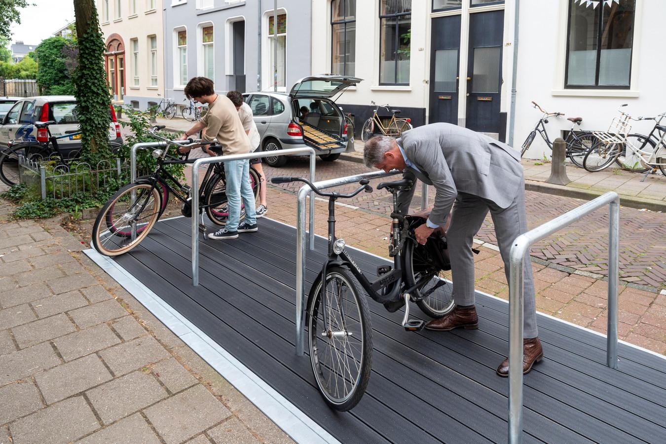 In de Driekoningenstraat opent wethouder Roeland van der Zee met enkele bewoners de eerste fietsvlonder in het Spijkerkwartier.