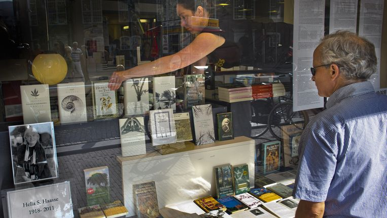 De etalage van boekhandel Athenaeum in Amsterdam. Beeld ANP
