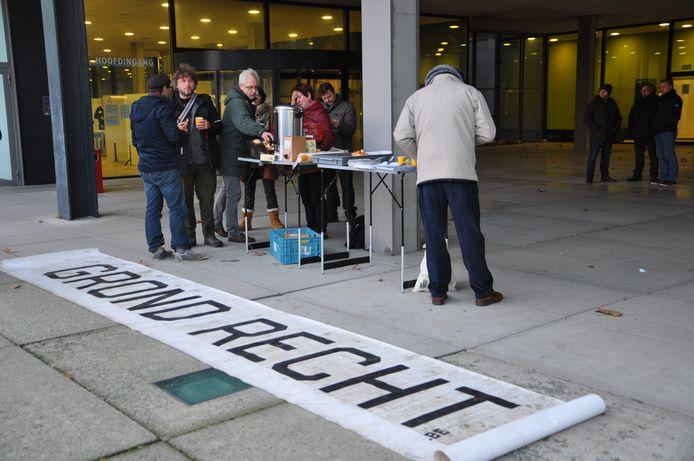 Verschillende organisaties ontbijtten samen voor het gerechtsgebouw uit solidariteit voor de landbouwers.